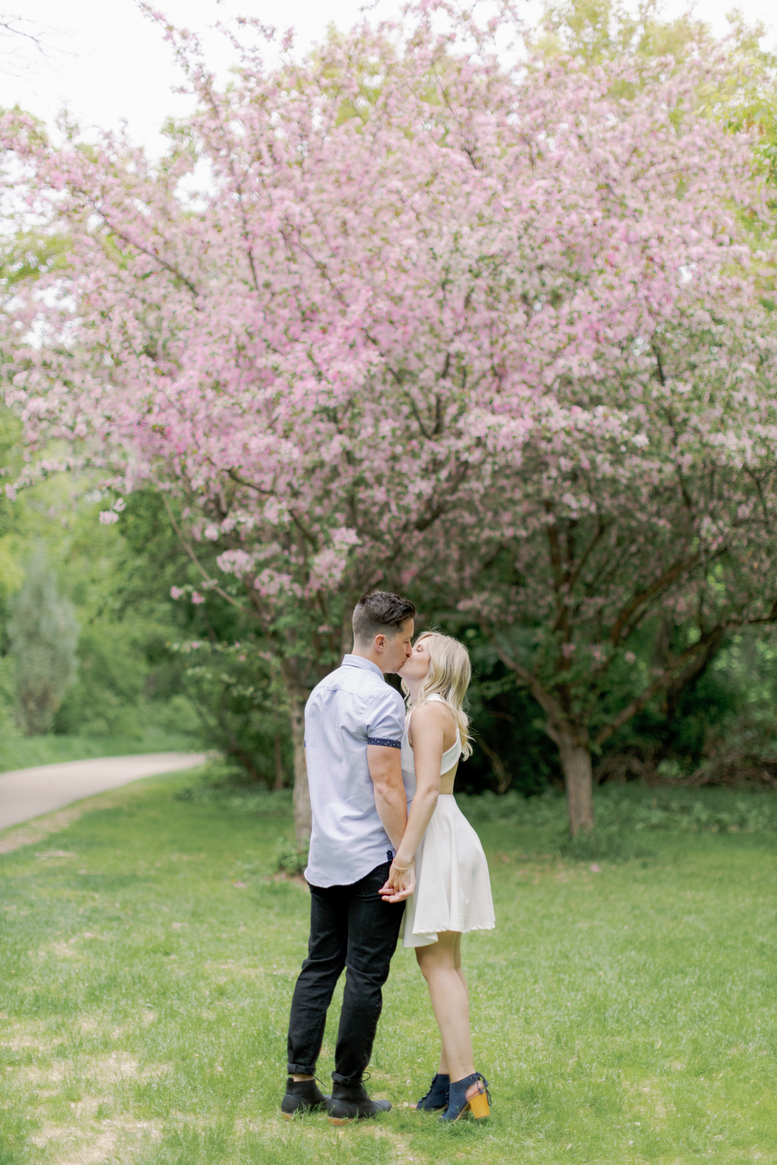 tanner and alyssa kiss under the tree